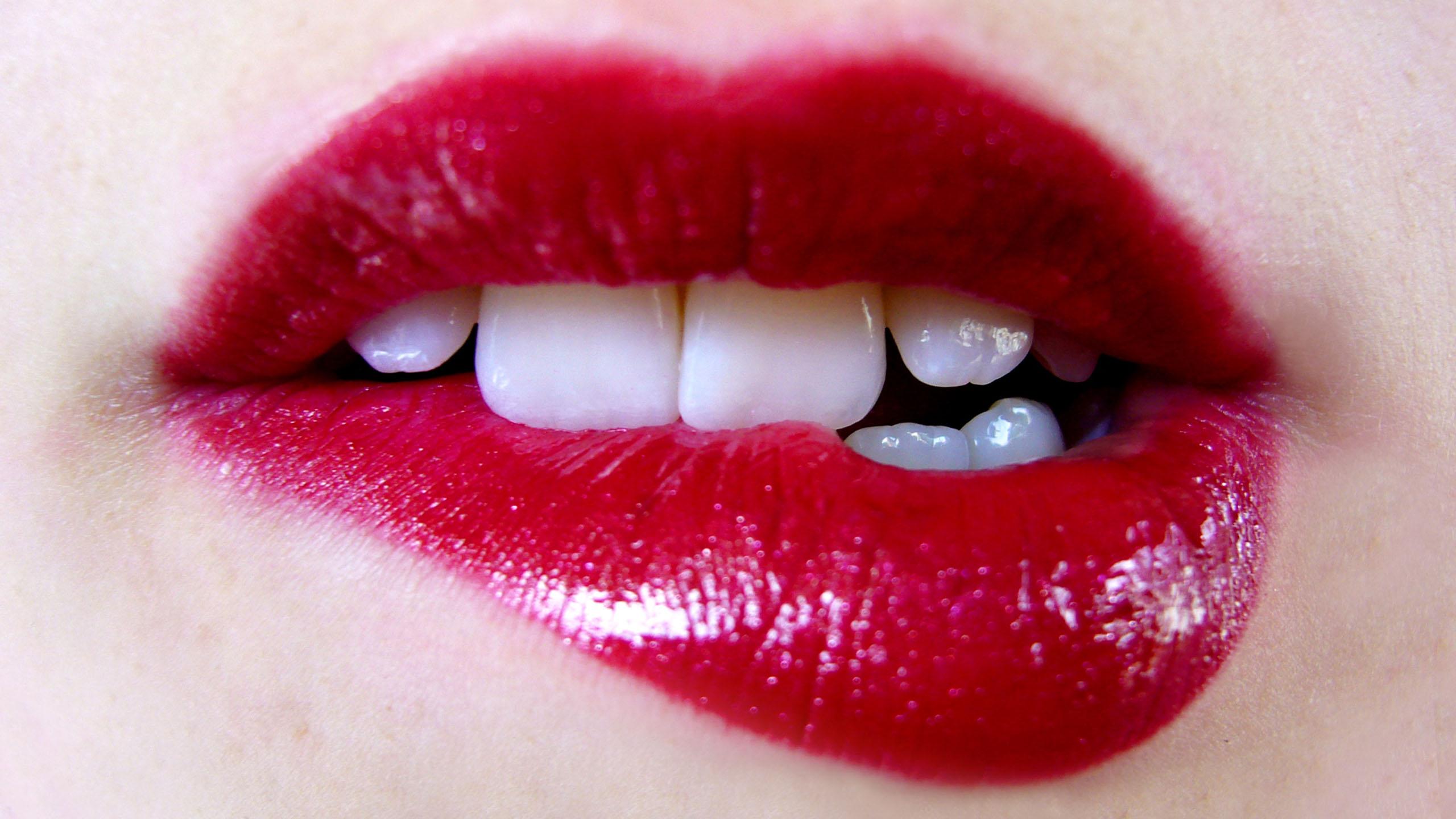 Preenchimento de lábio com ácido hialurônico